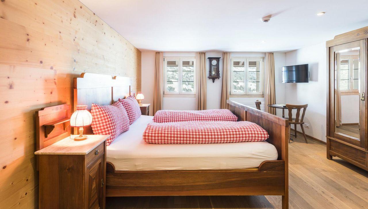 Warmes Holz und farbliche Akzente sorgen für ein behagliches Ambiente in den Zimmern des Alphotel Schwand in Sörenberg