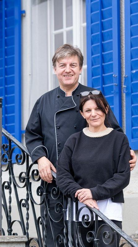 Rolf und Ivanka Kaufmann mit den MitarbeiterInnen im Speisesaal Restaurant Kreuz Schuepfheim. Fotos zu Broschuere Gastropartner UNESCO-Biosphaere Entlebuch UBE.