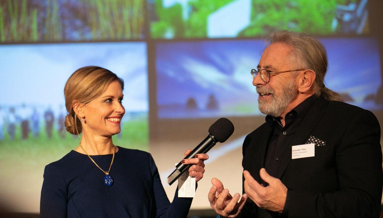 Direktor Theo Schnider im Gespräch mit Moderatorin Sabine Dahinden
